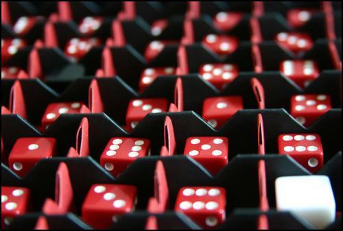 Valkoisen pelaajan nappula alkuasetelmissaan. Kuva: Solbenk