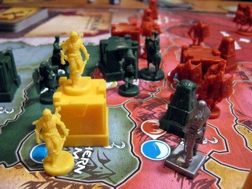 Lähikuva pelistä, etualalla pönöttää itse Conan. Kuva: Antony Hemme / BGG