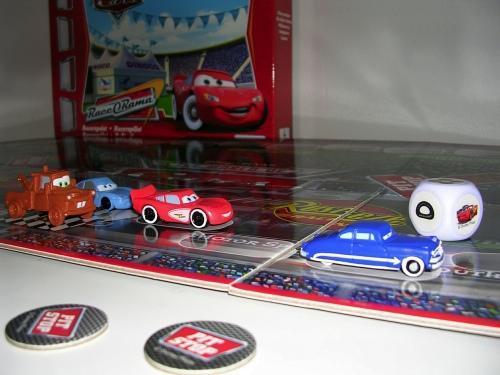 Autot Rallipelin autot ajamassa.