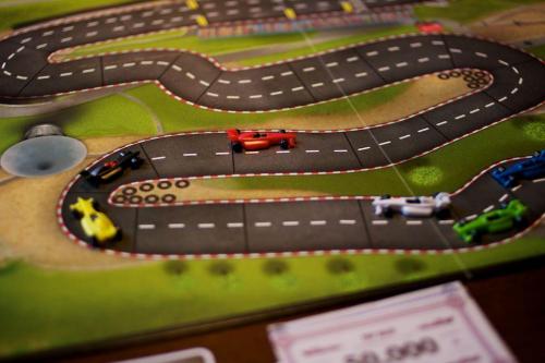 Punainen auto johtaa kisaa. Kuva: Mikko Saari