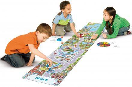 Lapsia pelaamassa Touhulaa