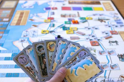 Kortit, joilla teollisuutta rakennetaan. Kuva: Mikko Saari