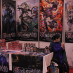 Korttipeliosastolla Force of Will -pelin animehenkistä esittelyä.