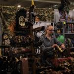 Steampunk-nahkaa ja -varusteita Bard & Jesterin myyntipisteellä.