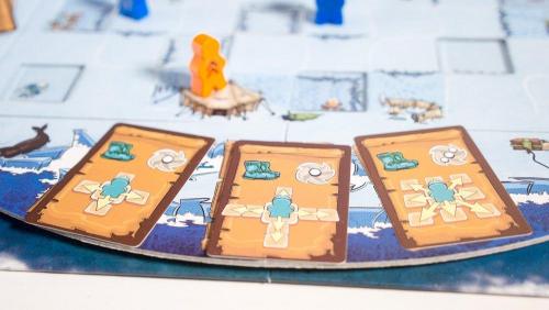 Kortit pidetään laudalla, jossa ne pyörähtävät alta pois aina välillä. Kuva: Mikko Saari
