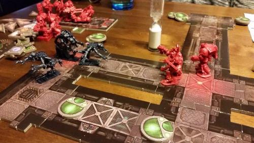 Genestealerit hyökkäävät Marineiden kimppuun. Kuva: Tero Oksala