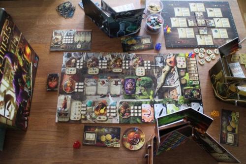 Alchemists vie reilusti pöytätilaa. Kuva: Tero Hyötyläinen
