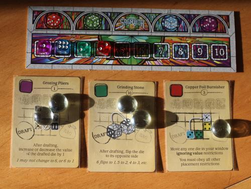Sagradan työkalukortteja, joita on merkitty lasihelmillä