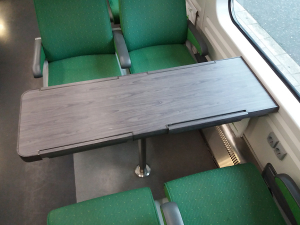 VR:n IC-junan harmaa pöytä