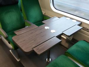 VR:n IC-junan harmaa pöytä, jossa juoma-alustat, avattuna