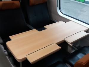 VR:n IC-junan ravintolavaunun yläkerran pöytä, avattuna