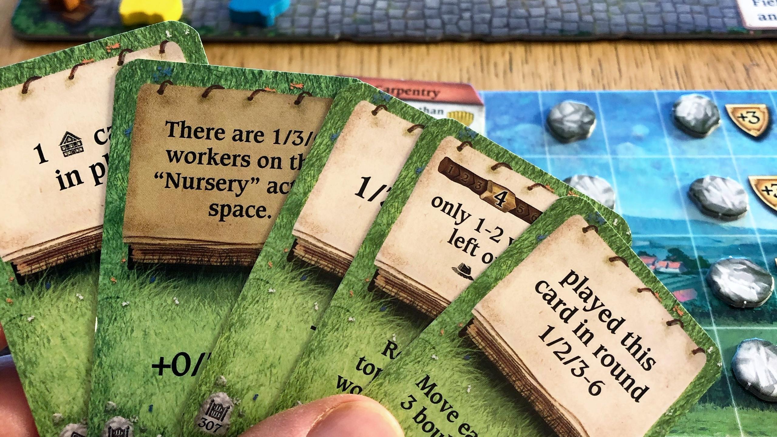 Kädessä Hallertaun kortteja