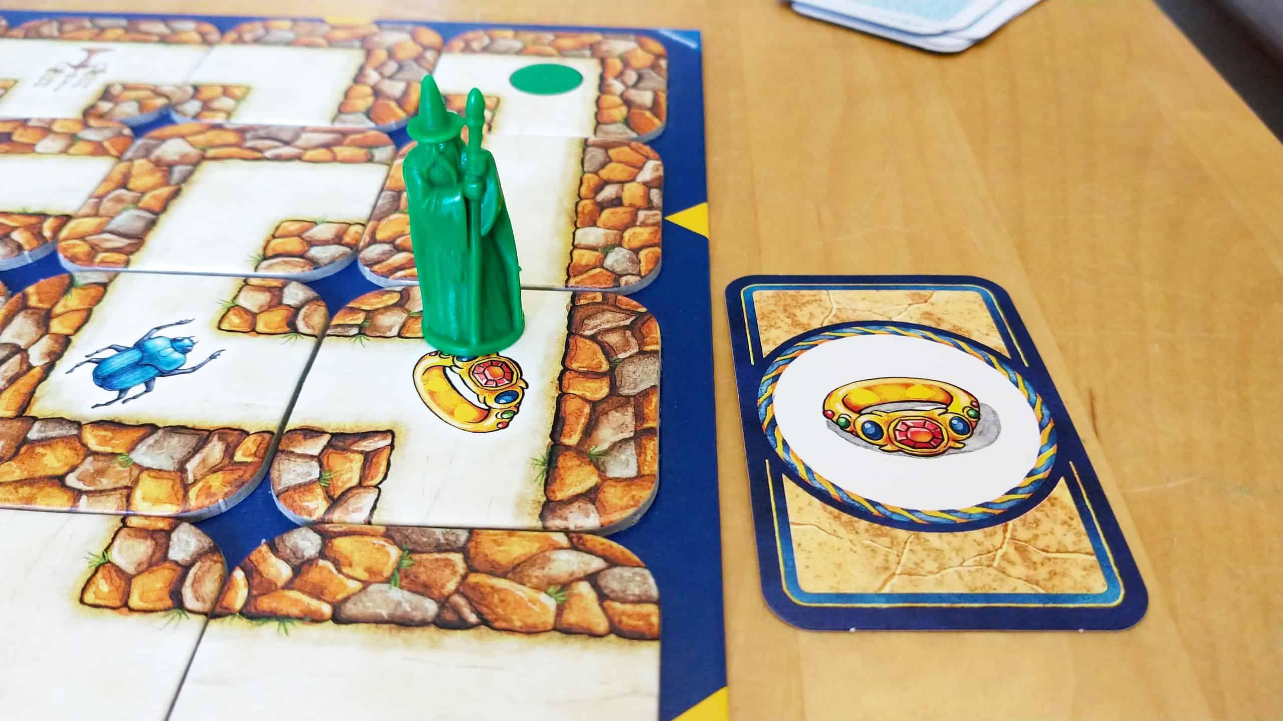 Vihreä velho sormuslaatan päällä ja sormuskortti laudan vieressä.