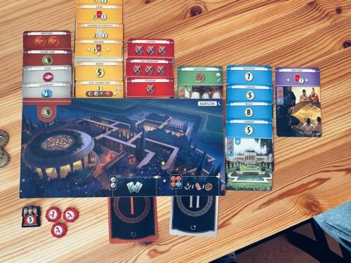 Pelaajan oma lauta ja kortteja