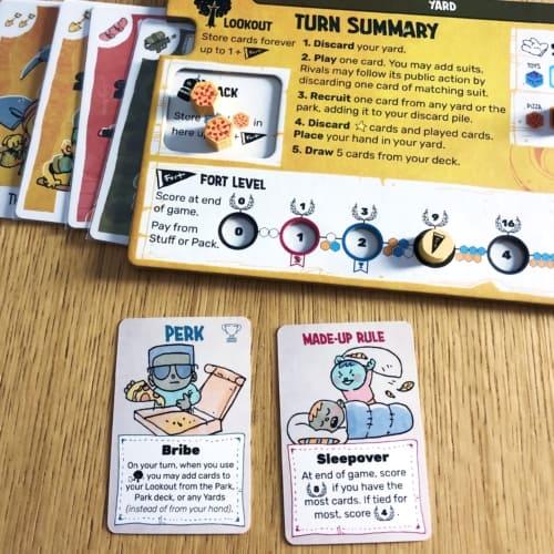 Perk- ja Made-up Rule -kortit pelilaudan vieressä