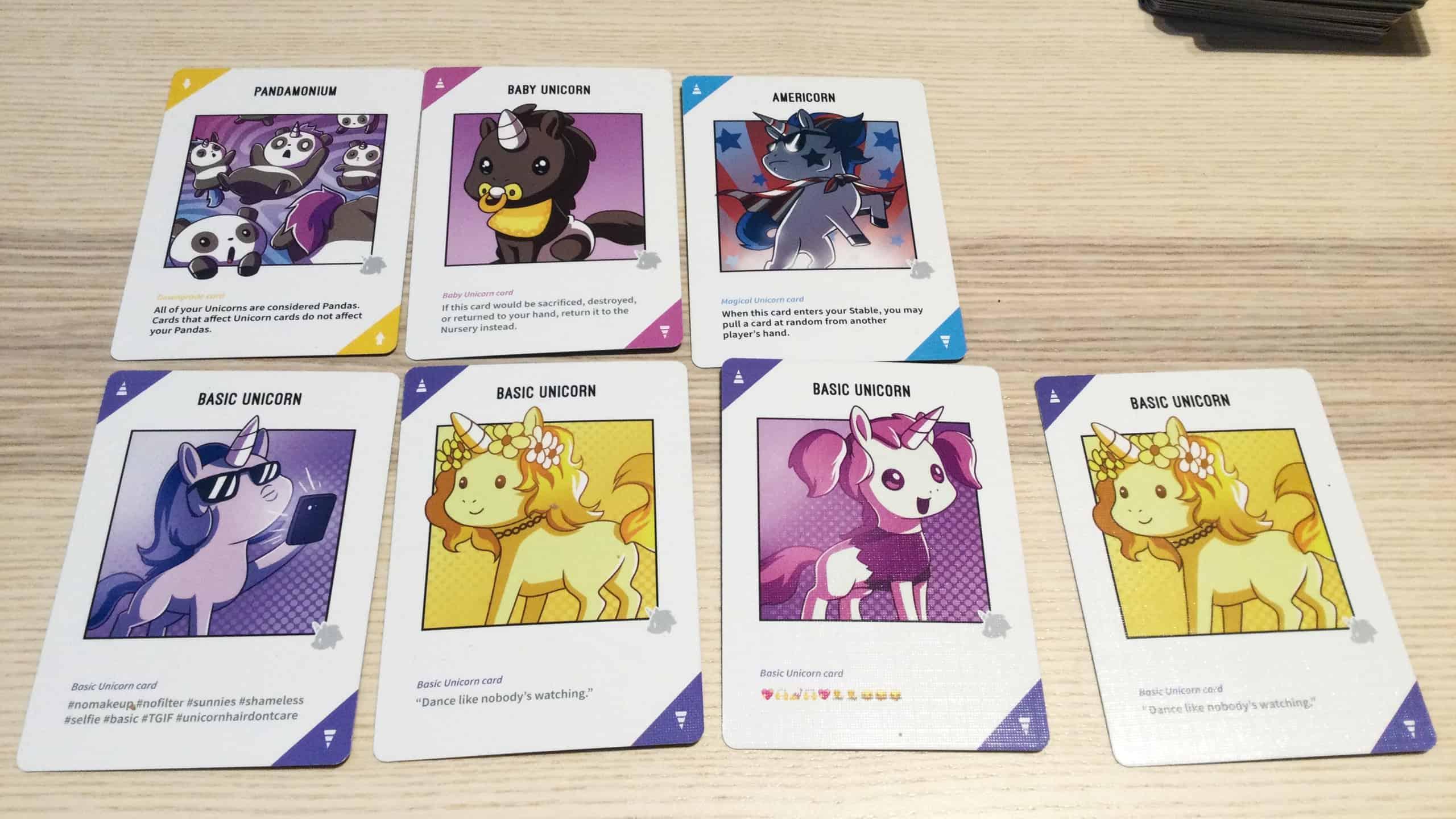 Yksisarviskortteja ja Pandamonium-haittakortti.