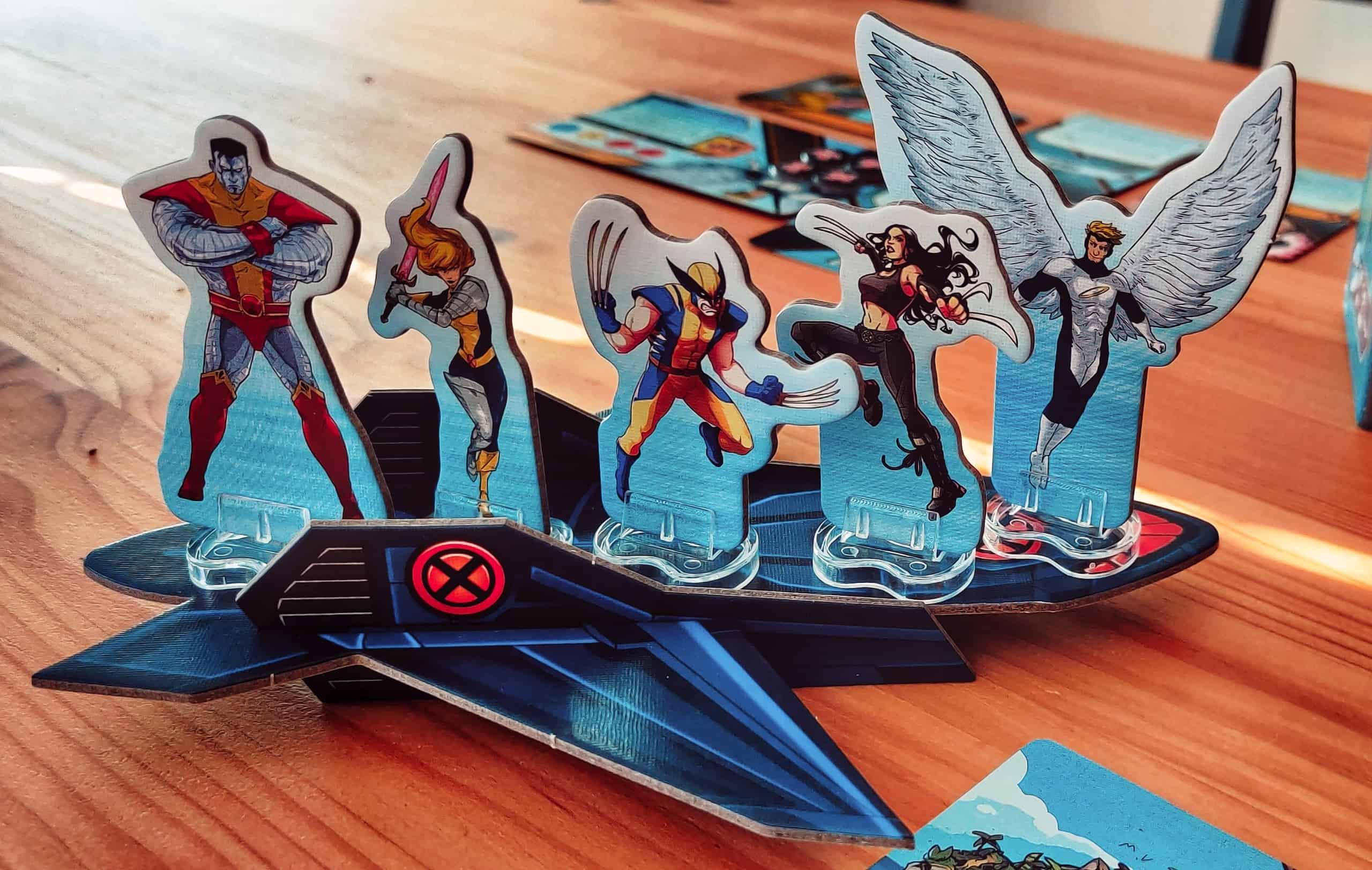 Marvel-sankarihahmoja pahviständeinä pahvisen Blackbird-aluksen päällä.