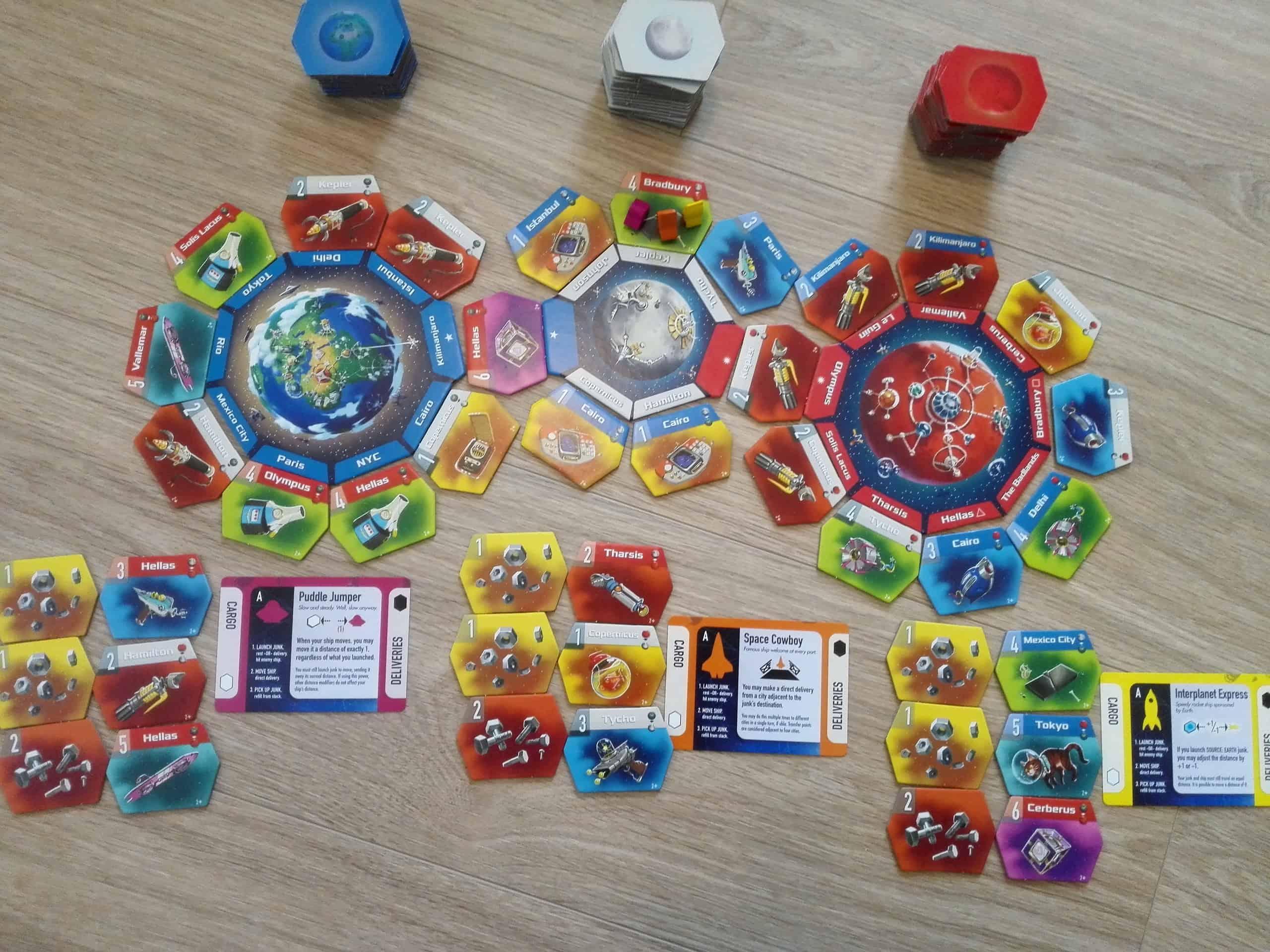 Junk Orbitin kolminpeli aseteltuna pöydälle