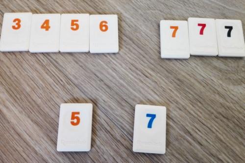 Rummikubin laattoja: sarja 3-4-5-6, setti 7-7-7 ja laatat 5 ja 7.