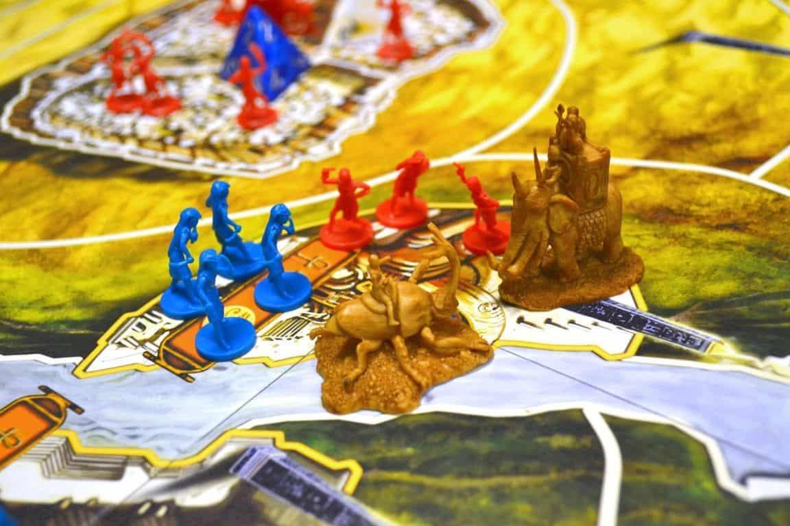 Sinisen ja punaisen joukkoja ja kaksi hirviötä