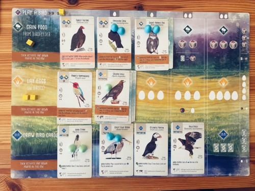 Wingspanin pelaajalauta ja lintukortteja
